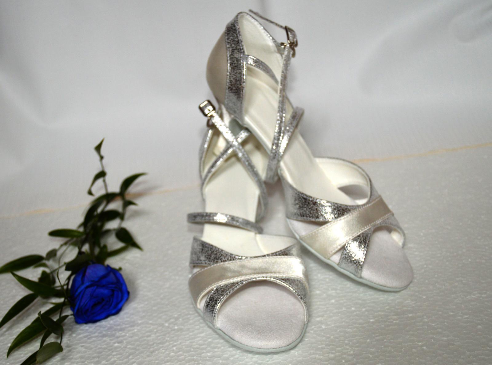 Svadobné topánky navrhni si ich - inšpirácie strieborná - Svadobné sandálky model Elena v kombinácii exkluzívna strieborná + ivory. Úpravy podľa želania klientky