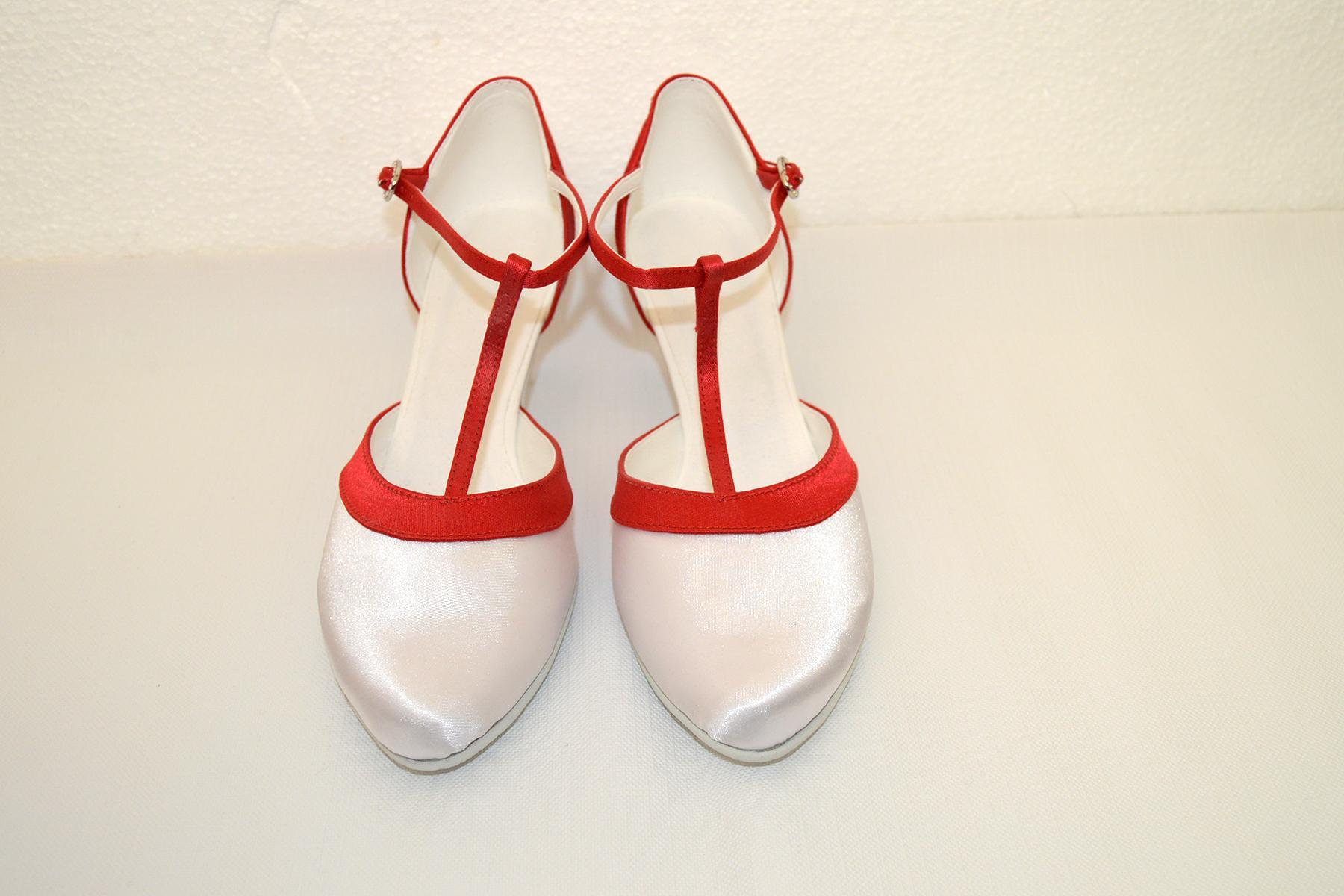 Svadobné topánky navrhni a uprav si ich podľa seba - inšpirácie červená - Svadobné topánky biele na nízkom opatku v kombinácii s červenou - materiál satén. Navrhnúť a upraviť si ich môžete však podľa aj podľa seba. Model Tamara.