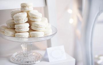 Když francouzská romantika, tak se vším :-) Makronky místo svatebních koláčků...