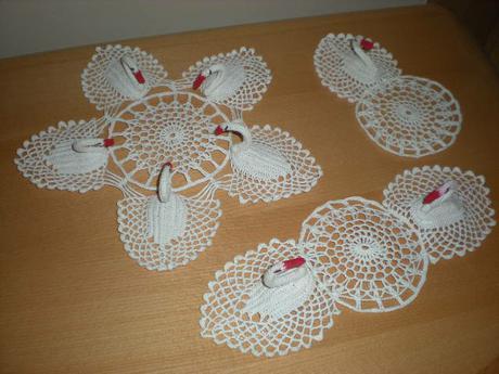 háčkovaná dekorace pod vázu - labutě, nepoužité - Obrázek č. 1