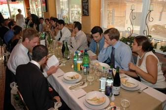 Hostia z Anglicka studuju nase svadobne menu.