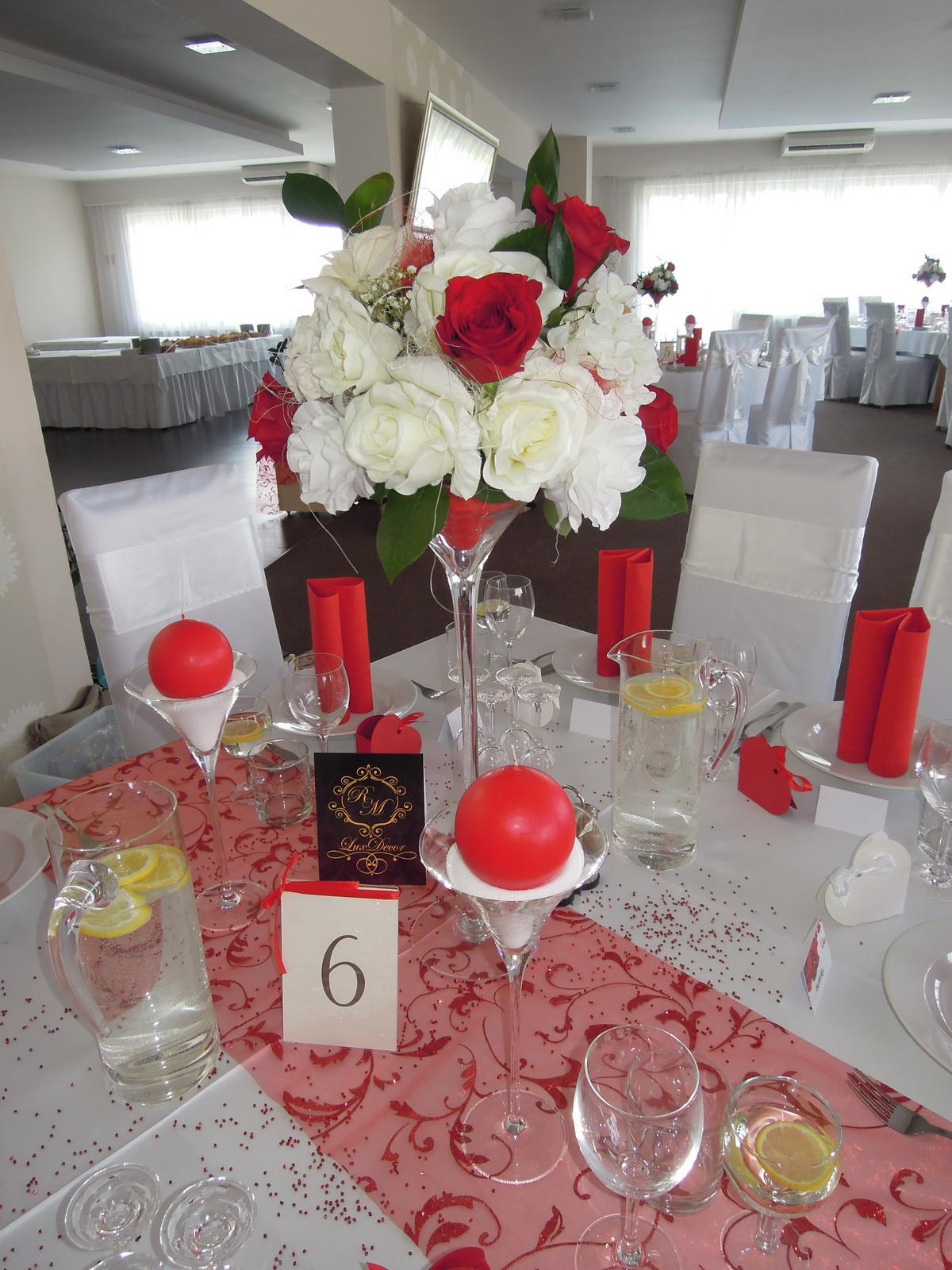 d6a6d843389e Umelé alebo živé kvety ako výzdoba na stôl  - - S...