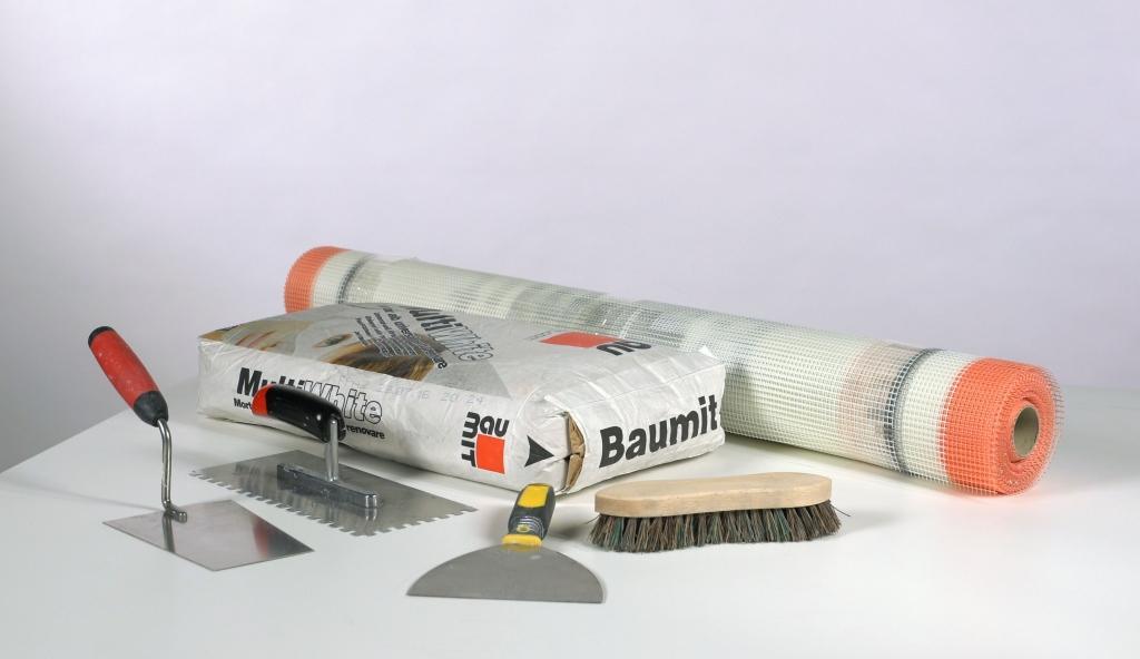 Renovačná stierka na obnovu poškodených fasád - Na celoplošnú opravu fasády s neaktívnymi trhlinami väčšími ako 0,5 mm si pripravíme náradie a renovačnú stierku Baumit MultiWhite.