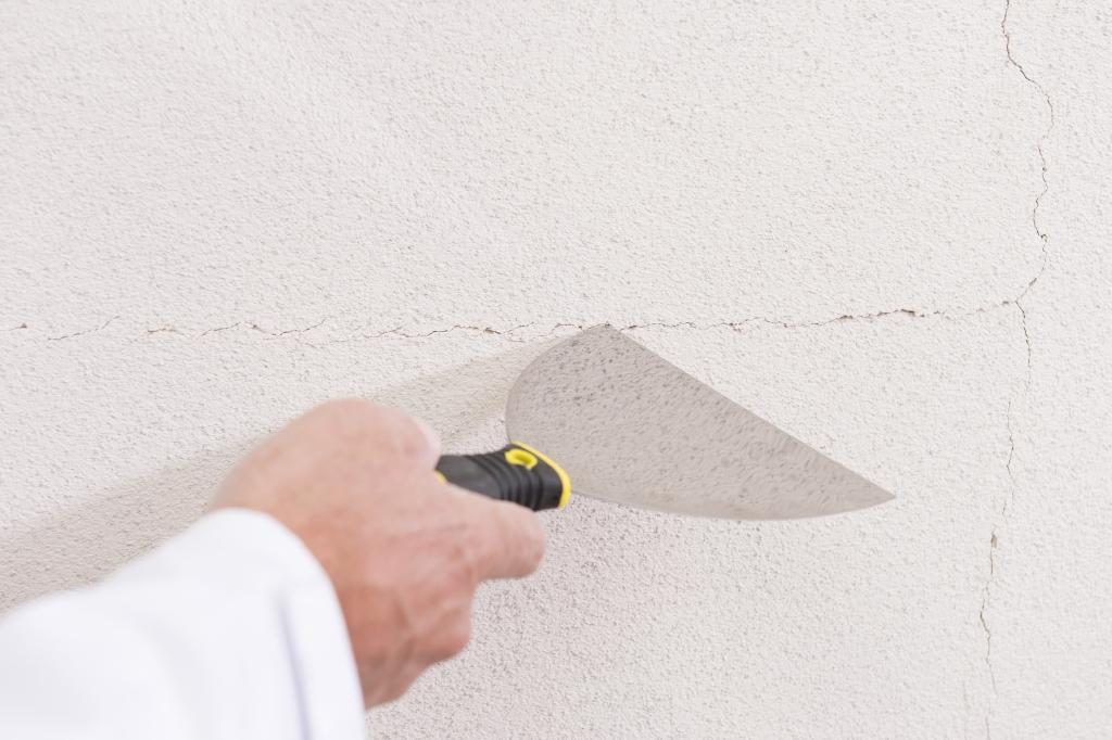 Renovačná stierka na obnovu poškodených fasád - Z povrchu odstránime pomocou špachtle olupujúce sa časti.