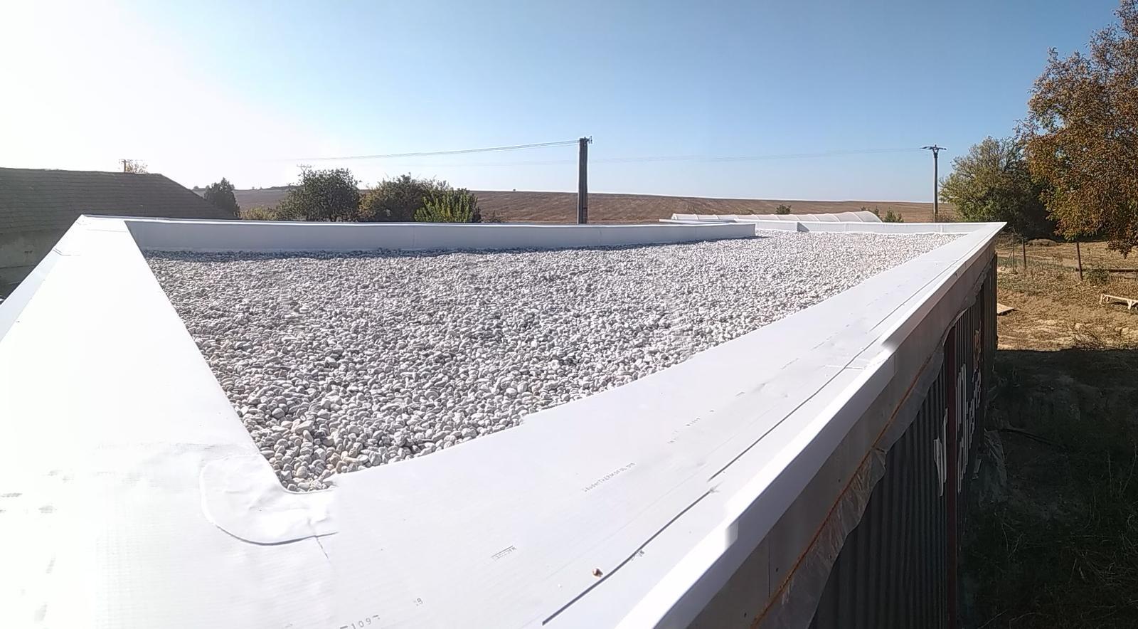 Kontajnerový dom po stieťkovaní - Plochá strecha izolovaná fóliou, doťažená štrkom s medzivrstvou geotextílie. (foto je trochu zle poskladaná panoráme, preto sú tam skoky)