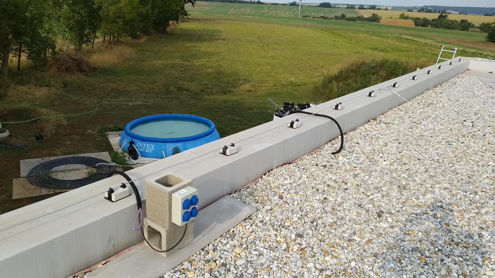 Kontajnerový dom po stieťkovaní - Na streche je vyvedená zásuvka pre gril/nabíjačky/osvetlenie.... Zároveň je vyvedená samostatná kabeláž pre budúce pripojenie fotovoltaiky.