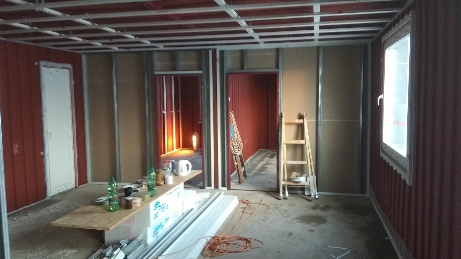 Kontajnerový dom po stieťkovaní - Pohľad na dve spálne a terasové dvere v čase montáže konštrukcie pre sadrokartón.