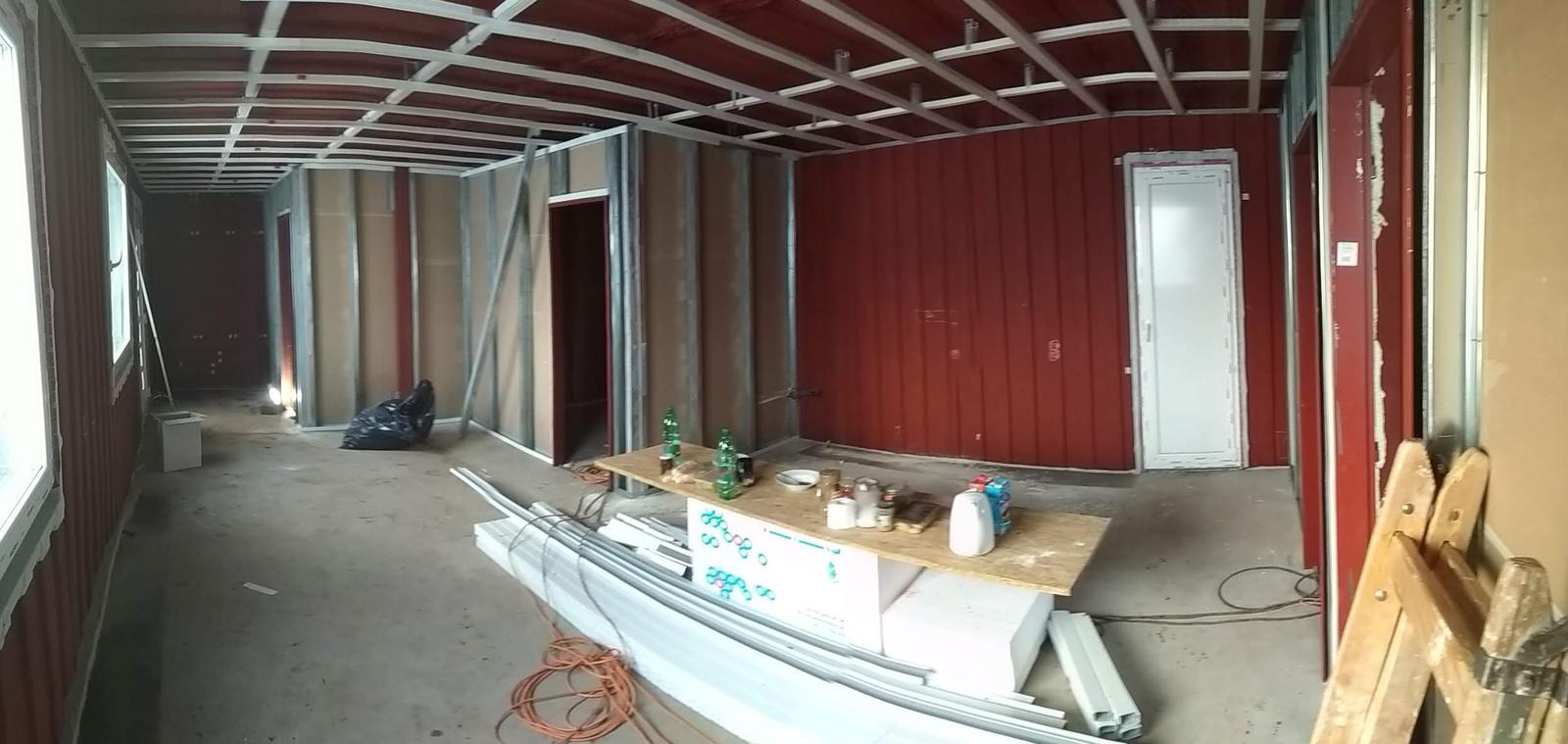 Kontajnerový dom po stieťkovaní - Pohľad na interiér v čase montáže konštrukcie pre sadrokartón.
