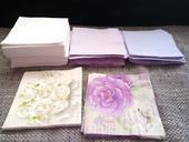 Zbylé kusy lila- bílé ubrousky,