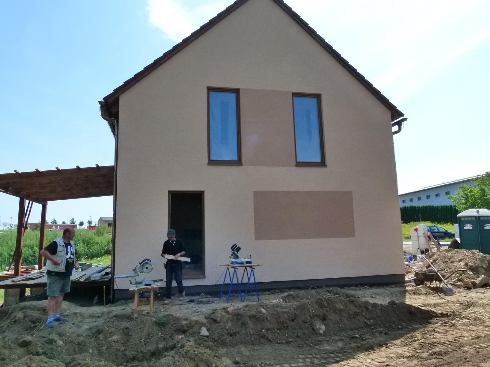 Předali jsme dřevostavbu v Tršicích 🤝 - Naši dělníci mají plné ruce práce s dokončováním stavby.