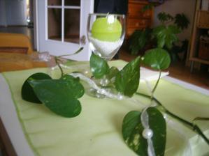 Tak nějak budou vypadat stoly. Jen sklenice budou větší a bude břečťan.