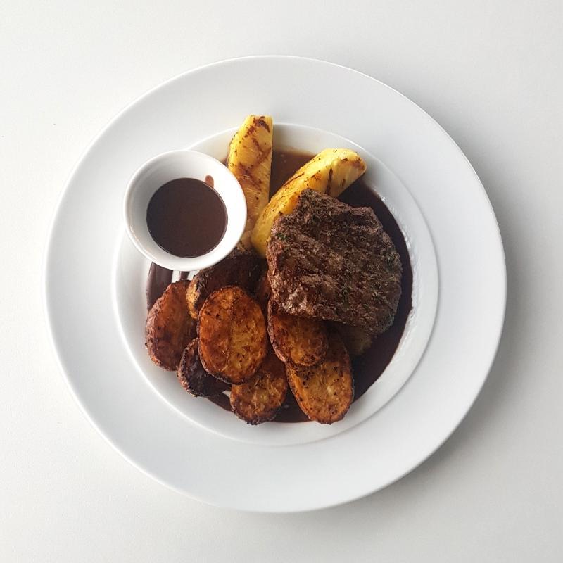 pepefood - Hovězí flank steak s grilovaným ananasem a opečenými bramborami