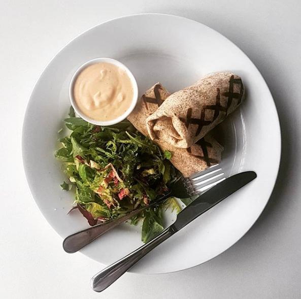 pepefood - Tortila plněná zeleninou, kuřecím masem, salátek, pikantní dip