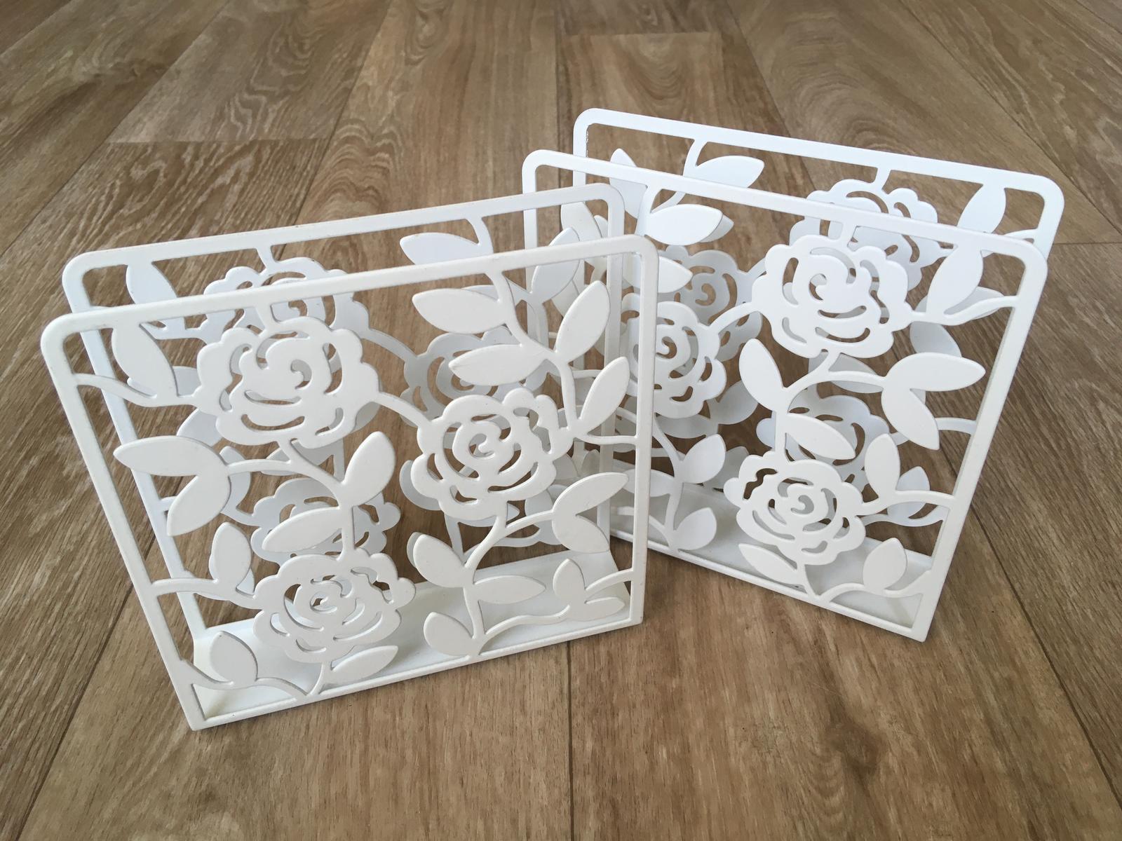 Dva bílé stojany na ubrousky - Obrázek č. 2