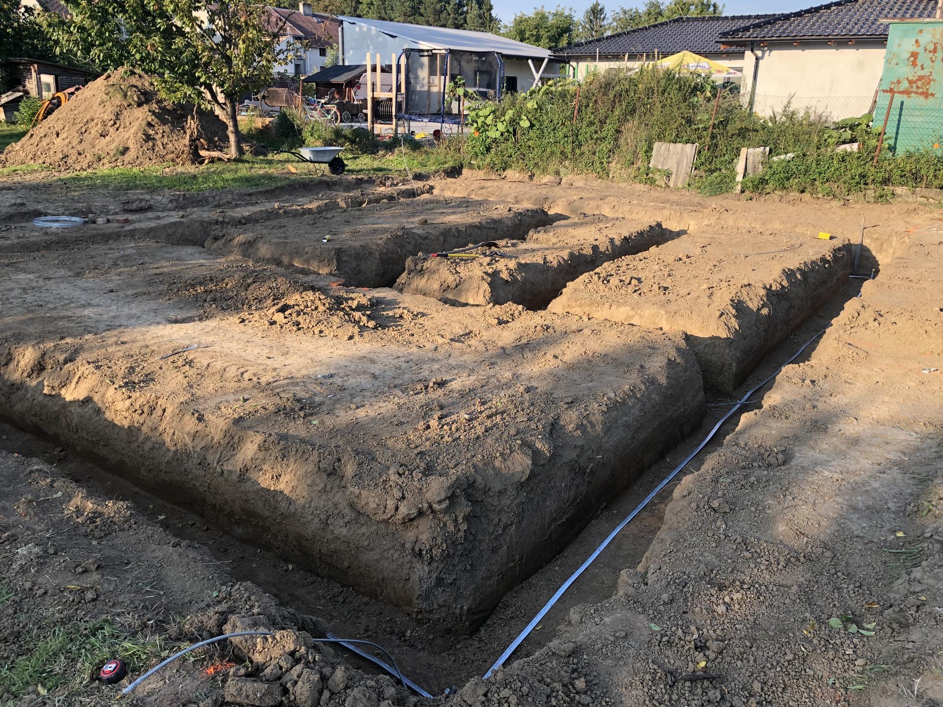Náš domek, budoucí domov. - Základové pasy vykopané a zemina rovnou odvezena z pozemku.