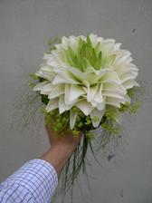 Moje svatebni kyticka, ale neni kompletni. Misto okrasne zelene travy, budou drobne kyticky barvy lila.