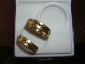Naše snubní prstýnky,bohužel špatně vyfocené.