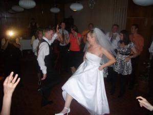 sukne hore a tancuje sa...
