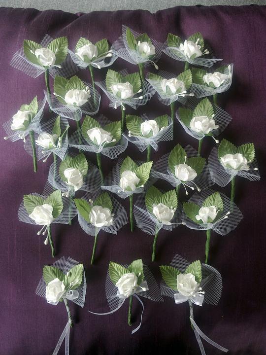 Vsetko potrebne, co sme mali - vyrobene pierka na predaj. 24ks, biela papierova ruzicka, 2 satenove listky, perletove tycinky.