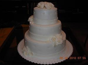 ...takto bude vyzerať naša svadobná torta, ale ružičky budú červené...