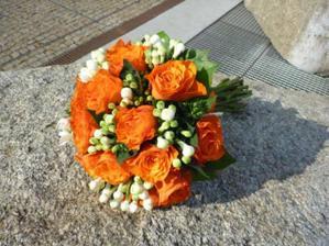 a nebo oranžové růže s fréziemi?