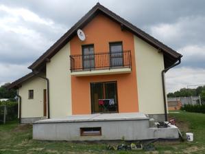 zadná strana, už aj terasa s pivnicou na 90% dokončená