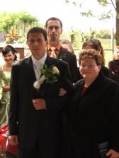 nastávajúci so svojou mamou pred vstupom do kostola
