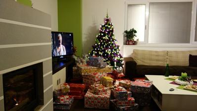 Tak a Štedrá večera už začína darčeky su pod stromčekom. Mali sme malu obývačku.