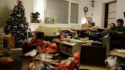 Takto to vyzeralo ked sa darčeky rozbalili. Mojich rodičov to fakt zmorilo. Nájdete ich na fotke?