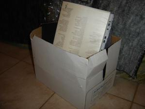všetko to čo je na fotkách je v mojej izbe uložené v tejto krabici