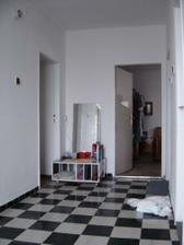 naša chodba predtým zo vstupom do spálne teraz do kuchyne tu sme búrali tú priečku