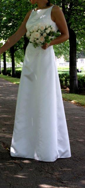 Šaty, korunka, vesta - Obrázok č. 1