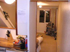 Tento pohľad sa vam naskytne, keď vojdete do nášho anglického bývaníčka. Vľavo je kuchyňa a vpredu obývačka