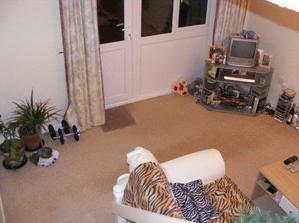 Náš mini televízorík a dvere do záhrady zo schodov