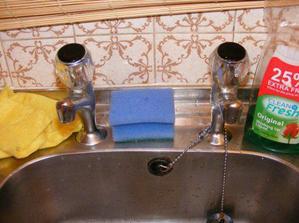 A ešte som musela odfotiť, čo fakt nenávidím - jeden kohútik na teplú vodu a jeden na studenú.... ako v kuchyni....