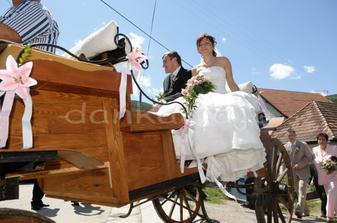 Cesta do kostola na konskom voze s ocinom