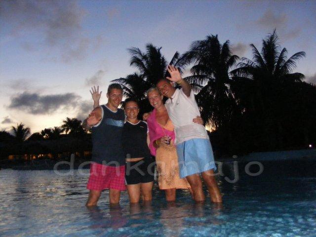 Ako sme to všetko dokázali stihnúť za tri mesiace... - Toto bolo fotené, keď na Slovensku strieľalo šampáňo a ľudia si priali šťastný nový rok. Inak, s týmto párom sme sa zoznámili na Kube a strávili s nimi celú dovolenku. V Havane sa dokonca aj zasnúbili a svadbu plánujú na budúci rok :o)