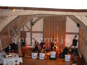 Swingová kapela, pri ktorej sa nedalo ani tancovať :o( a sála, ktorá bola primalá pre všetkých hostí...