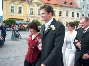 môj ženích s maminou - kráčajú námestím na sobáš