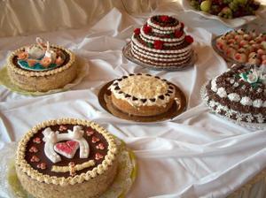 a tu sú naše mňamky :o) v strede torta pre našich vegetariánov!