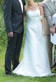Krémové svatební šaty, 38