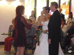 gratulace od paní místostarostky, při podání ruky jsme se zamotaly do kytky