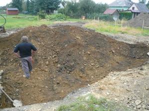 Skladba zeminy je složena z řečiště, při výkopu lžící o šířce 30 cm se udělal zborcením rozšířil na 120 cm. Nutno změnit plány stavby.