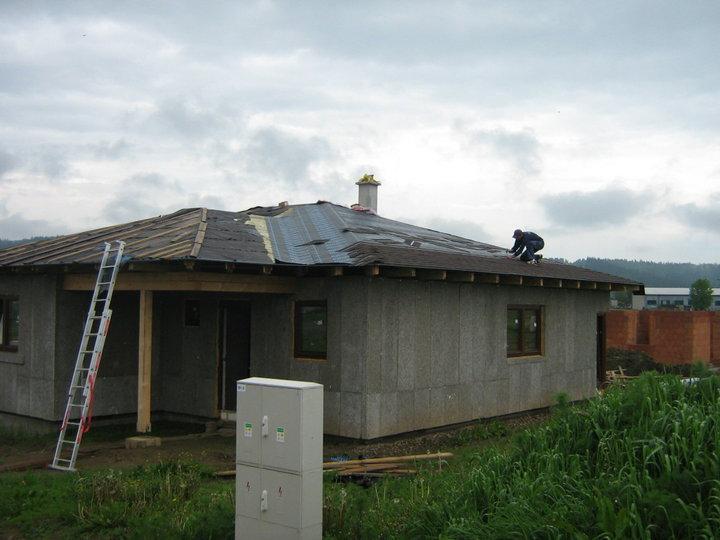 Nas domcek - prikryva sa strecha..