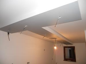 pokracujeme  .....strop v kuchyni uz vymalovany