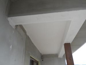 stropny podhlad na terase natiahnuta farba a potom sa ide na kamen