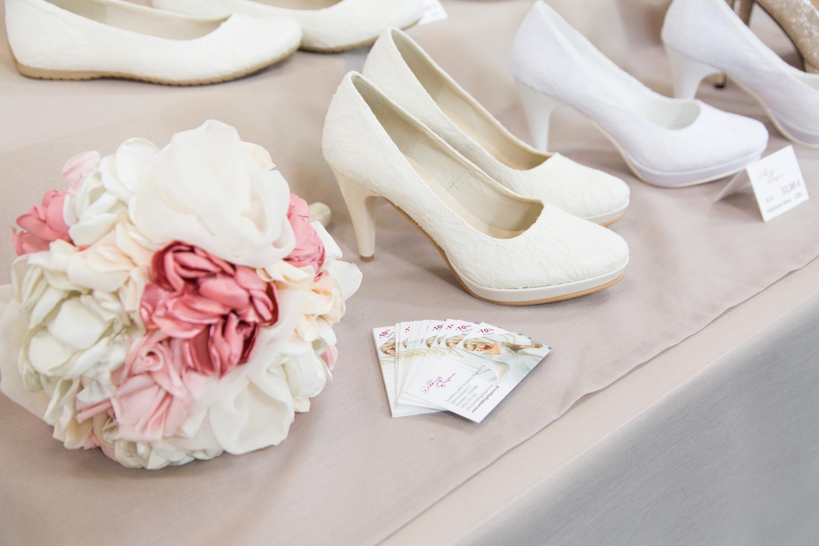 Krásne čipkované a hladké svadobné topánky. Rôzne veľkosti a výška opätku. - Obrázok č. 7