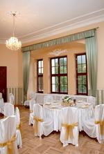 okrúhle stoly pre všetkých hostí, vrátane nášho hlavného stola - umiestnený centrálne