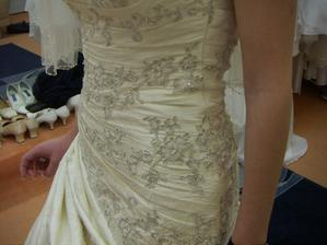 detail již zamluvených šatů