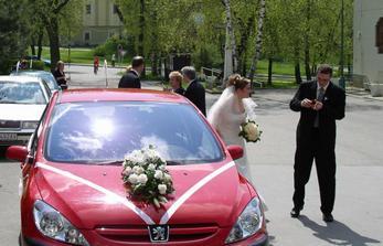Svedok kontroluje obrucky, pred kostolom.